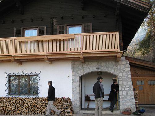 Balkon in Lärchenholz mit Stabgeländer