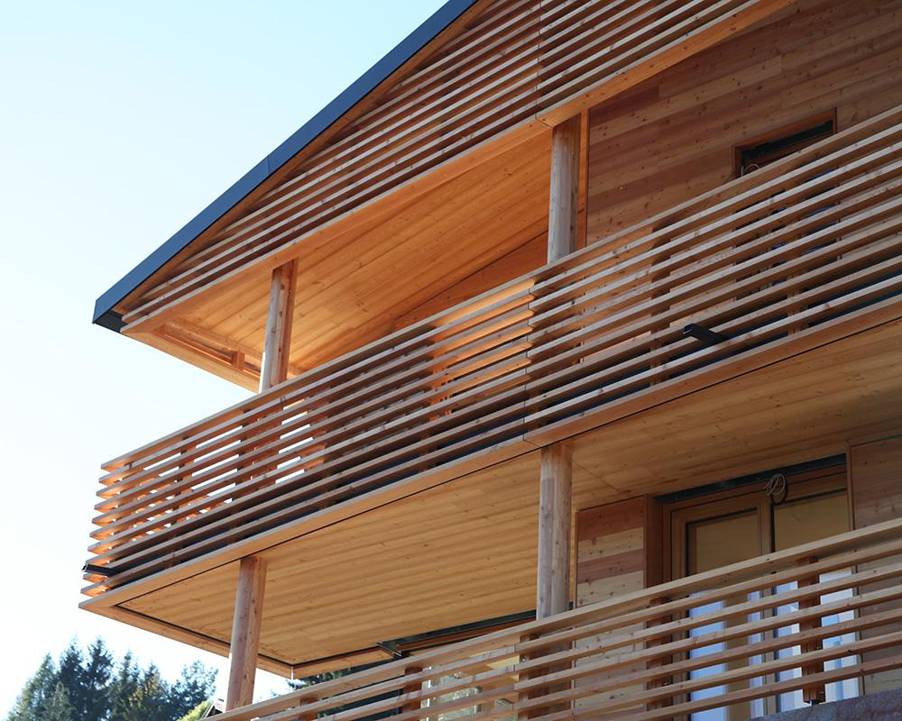 fassade lattenroste und balkone in l rchenholz dibiasi. Black Bedroom Furniture Sets. Home Design Ideas