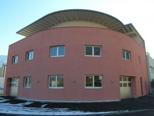 Runddach auf  Betriebsgebäude mit Wohnung