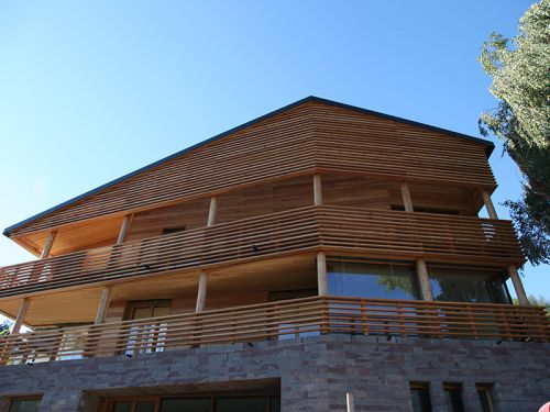 Fassade, Lattenroste und  Balkone in Lärchenholz